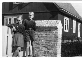 1954 Richard en Iris voor het huis